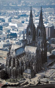 Cologne Cathedral in Germany .is the largest Gothic cathedral. In 1248 construction was started, 80 years later, dedicated to the world-famous choir. But it would take until 1880 before the church completely was.De DOM is 144 meters long, 86 meters wide and towers 157 meters high. The best known is the golden sarcophagus behind the altar, which is considered the largest of the West (1181): The Three Kings Shrine.