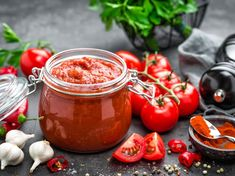 Canning tomatoes: It's easy - Tomaten Dip Recetas, Shabbat Dinner, Sauce Tomate, Chicken Soup Recipes, Tomato Paste, Raw Food Recipes, Chefs, Spicy, Canning Recipes