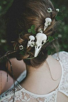 halloween wedding ideas bridal updo with skull hairpins yourschizophrenia via in. Halloween Elegante, Halloween Costumes Women Scary, Halloween Makeup, Halloween Halloween, Scarecrow Makeup, Scarecrow Costume, Halloween College, Halloween Tutorial, Halloween Cosplay