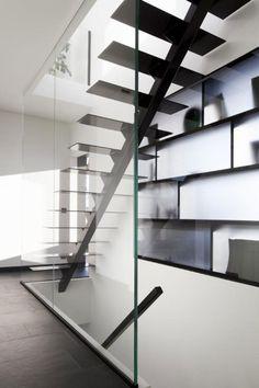 Geen traditionele trapleuning, maar een glazen wand. DMOA Architecten Condo Design, Loft Design, House Design, Open Staircase, Duplex Apartment, Interior Stairs, House Extensions, New Home Designs, Minimalist Kitchen