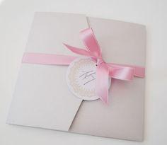 Pocketfold-Einladung mit Schleifeinband und Anhänger (Juhu Papeterie, Hochzeitsset, gold, altrosa, individuell, elegant, Hochzeitseinladung, quadratisch, elegant)