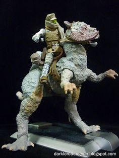 the Star Wars Vintage Edition Luke Skywalkers Tauntaun, DOES NOT Come with Luke Skywalker (Bummer). You have to get the Star Wars Vintage Edition Luke Skywalker on your own - which is what I did.