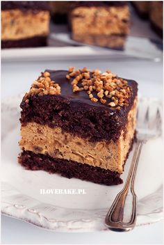 Chocolate Peanut Butter Pie Cake ~ A delicious chocolate layered cake with peanut butter pie filling, topped with chocolate ganache and Reese's Peanut Butter Cups. Köstliche Desserts, Delicious Desserts, Yummy Food, Delicious Chocolate, Easy Moist Chocolate Cake, Dessert Healthy, Chocolate Cakes, Cupcakes, Cupcake Cakes