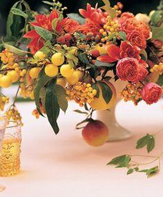 arranjo com flores e frutas