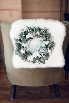 dekoracja ślubna wianek z żywych kwiatów z napisem