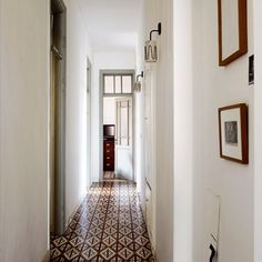 Design inspiration for the long hall house ideas fliser, gul Tiled Hallway, Hallway Flooring, Entry Hallway, Hallway Ideas, Long Hallway, Entryway Ideas, Tile Entryway, Upstairs Hallway, Apartment Entrance