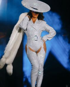 Beyonce Is Becoming Iconic For Marrying Music And Fashion Perfectly. Beyonce On The Run 2 Style Was Jaw Dropping And We Have The Details Inside Beyonce Knowles Carter, Beyonce And Jay Z, Destiny's Child, Vancouver, Sparkly Outfits, Beyonce Style, Gucci, Glamour, Queen B
