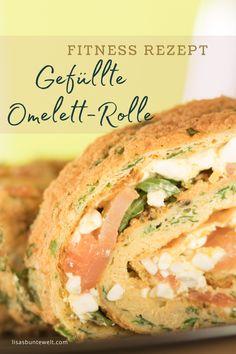 Gefüllte Omelett-Rolle mit viel Eiweiß - ein ideales Fitnessrezept zum Abnehmen oder für Sportler. Die Nährwerte des gesunden Frühstückes sprechen für sich. Das Omelett ist gefüllt mit körnigem Frischkäse, Lachs und Rucola. Schmeckt sowohl kalt, als auch warm. Rezept inkl. Nährwerte im Blogbeitrag.