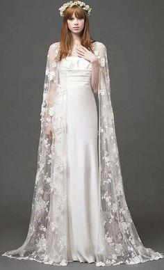 Tendencias de boda 2017: Vestidos de novia con capa [FOTOS] - Vestido de novia con capa de encaje de flores primaverales