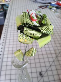 Use cans like Lucette instead of Coke to match a beer theme? Pop Can Crafts, Diy Crafts, Recycled Art, Recycled Clothing, Recycled Fashion, Beer Can Art, Tin Can Flowers, Real Flowers, Recycle Cans