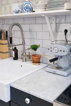 The apartment in Kungshöjd offers an elegant Scandinavian design - Decoration Ideas Eat In Kitchen, Kitchen Dining, Painted Wooden Floors, Ideas Prácticas, Smeg, Love Your Home, Kitchen Styling, Small Apartments, Small Living