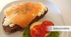 Ich nehme... einen flachen Bauch bitte! 😉  Diese belegten Brote mit luftigem Quark und geräuchertem Lachs sind ein sehr reichhaltiges Frühstück und versorgen dich lange Zeit mit Energie! Da sie super schnell zubereitet werden, kann man sie mitnehmen und später in der Pause verspeisen! 👌 😉 Einen guten Appetit! 😉