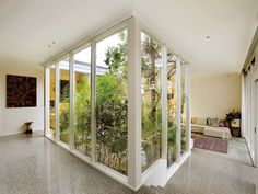 Mid-Century House That Still Has Modern Design and Features a Stunning Internal Courtyard Indoor Courtyard, Modern Courtyard, Internal Courtyard, Courtyard House, Indoor Garden, Courtyard Gardens, Courtyard Design, Indoor Greenhouse, Indoor Outdoor