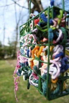 Idée pas chère et facile d'aménagement de jardin : mettre des bouts de fils de laines dans les mangeoires d'oiseau pour qu'ils fassent des nids.