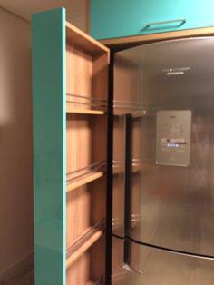 Dispensa como se fosse gaveta do lado da geladeira