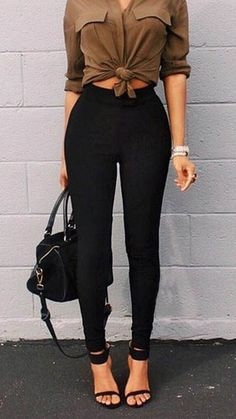 the high waisted leggings in addition to the shirt tied around the middle emphasize her waist and shrink it. Mode Outfits, Casual Outfits, Fashion Outfits, Womens Fashion, Casual Heels, Casual Clothes, Fashion Pants, Fashion Clothes, Casual Chic