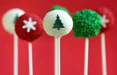 Both cute and elegant, these lovely Christmas cake pops are bursting with festive fun!