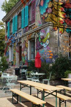Le Pavillon des Canaux – 39 quai de Loire – 75019 Paris. Cette maison peinturlurée par des artistes réserve bien des surprises à l'intérieur : canapés cosy, décor de chambre à coucher, même en été les pièces sont pleines. La terrasse au bord de l'eau est parfaite. Seul hic, la carte des boissons qui ne prolonge pas vraiment le rêve et reste ordinaire.