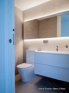 Casa Fun: diseño y funcionalidad para una pareja de hoy Interior Exterior, Bathroom Lighting, Mirror, Furniture, Home Decor, Home, Flat Roof, Off White Walls, Mirrors For Bathrooms