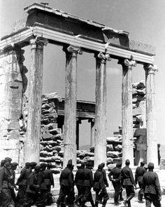 Οι Ναζί μπροστά από το Ερεχθειο. 13-5-1941 (photo: Gerhard Gronefeld)