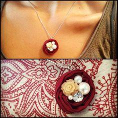 Gargantilla Flor de Tela 11,99 € La primavera en tu cuello con esta original gargantilla.  Cadenita de bolas plateada con colgante de flor d...