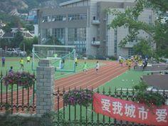 子供たちがサッカーしています