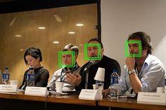 Illustration d'une détection de visage avec la méthode de Viola et Jones, par la librairie OpenCV. 3 visages sur 4 sont détectés, le 4ème est manqué, étant de profil.