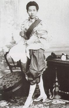 Suddha Dibyaratana, the Princess of Ratanakosindorn (Thai: สุทธาทิพยรัตน์; September 1877 – 2 January was the Princess of Siam (later Thailand). She was a member of the Siamese Royal Family. She was the first daughter of Chulalongkorn, King Rama V of Siam Old Photos, Vintage Photos, Thailand History, Thai Fashion, Thailand Photos, Buddha, Thai Art, Asian History, Thai Style