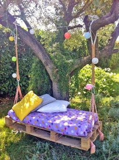 40 DIY Pallet Swing Ideas You can hang a pallet porch swing from the ceiling and enjoy a quite morning coffee. Dangle a pallet swing bench from a sturdy tree in the yard so the kids can Diy Furniture Making, Diy Kids Furniture, Diy Pallet Furniture, Garden Furniture, Furniture Dolly, Urban Furniture, Street Furniture, Furniture Logo, Distressed Furniture