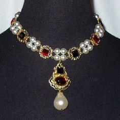 Le collier que Jane Seymour (troisième femme d'Henry VIII) porte sur la célèbre toile de 1536 peinte par Hans Holbein.