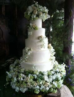 Twilight Inspired: The gorgeous 5 tier wedding cake!
