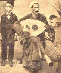 الموسيقار الفنان محمد القصبجى فى سن الخامسة من عمره يقف الى جوار والده وهو يعزف على العود