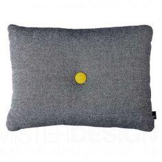 HAY Kussen Dot Cushions veroorzaken een explosie aan prachtige kleuren op iedere bank. Dot Cushion is verkrijgbaar met 1 knoop, afmeting: 60 x 46 cm, of met twee knopen, afmeting: 72 x 38 cm. Het kussen is gemaakt van 100% puur wol en de vulling bestaat uit siliconen vezels in combinatie met foam. Door deze combinatie van heerlijke materialen kunt u gegarandeerd lekker relaxen en wegdromen op de Dot Cushions.   Naast het aantal knopen heeft u de keuze uit vier verschillende stofsoorten en…
