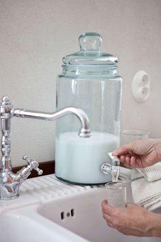 Flytande tvättmedel på tap och fina måttglas