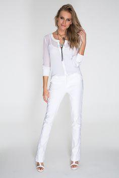 O look total white é chique e não pertence só ao réveillon. Aposte na combinação nesse verão!