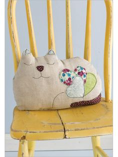 Sewing Pillows Cat Pillow - Every cat lover knows the feeling of missing your pet when separated for a moment. Squeeze this adorable kitty made of a classic zakka combo of linen and cotton prints, plus simple appliqué, and you'll feel better instantly. Cat Crafts, Sewing Crafts, Sewing Projects, Softies, Cat Cushion, Cat Quilt, Cat Pillow, Throw Pillow, Sewing Pillows