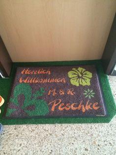 """Selbstgestaltete Fußmatte """"Herzlich Willkommen""""."""