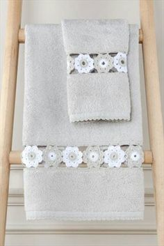 Toalha banho  com  aplique em crochê Crochet Towel, Crochet Fabric, C2c Crochet, Crochet Borders, Crochet Lace, Crochet Stitches, Crochet Designs, Crochet Patterns, Blue Jean Quilts