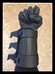 Batman Arkham Origins Gauntlets by CrimeAlleyCosplay on Etsy Nightwing Cosplay, Batman Cosplay, Cosplay Armor, Cosplay Diy, Cosplay Ideas, Robin Cosplay, Batman Armor, Batman Suit, I Am Batman