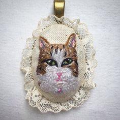 Happy Caturday! #makikoart #embroidery #catsofinstagram #customportrait #customnecklace #catportrait #petportrait #handstitched #stitchersofinstagram #modernmaker #animalart #caturday #creativelifehappylife #art_we_inspire #artwork #comission #ilovecats