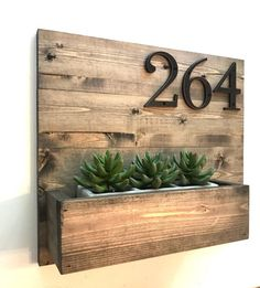 Adressschild und Pflanzgefäß // Modernes Adressschild // Rustikal 31 Indoor Woodworking Projects to Do This Winter Diy Wood Projects Furniture, Wood Projects For Beginners, House Numbers Diy, Diy Wood Projects, Porch Decorating, Diy Home Decor, Home Diy, Furniture Projects, Home Decor
