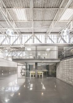 Image 57 of 61 from gallery of Studio Pier 88 / Pietro Terlizzi Arquitetura. Photograph by Guilherme Pucci Industrial Sheds, Industrial Office Design, Office Space Design, Industrial Architecture, Office Interior Design, Factory Architecture, Architecture Office, Office Buildings, Chinese Architecture