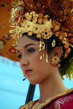 The Procession Princess Indonesia Cultures Du Monde, World Cultures, Asian Woman, Asian Girl, Bali Girls, Indonesian Girls, Portraits, Pretty Eyes, Hair Ornaments