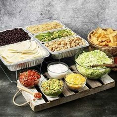 10 Graduation Party Food Bar Inspirations For The Best Party Ever You might be thinking about what your graduation party food bar is going to look like? Here are 10 Graduation Party Food Bar Inspirations! Nacho Bar, Bunco Party, Party Food Bars, Bar Food, Food Menu, Teen Party Food, Food Food, Brunch Bar, Appetizer Recipes