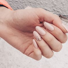 glossy nude nails and an accent one done with gold leaf for a slight glam touch Blush Nails, Sparkle Nails, Neutral Nails, Pastel Nails, Nude Nails, Nail Manicure, Acrylic Nails, Gel Nails, Elegant Nails