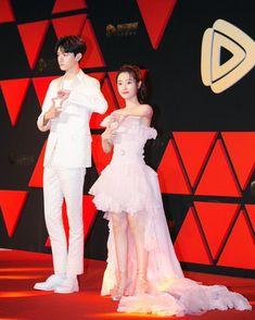 致我們暖暖的小時光・Put your head on my shoulder Cute Love Couple, Best Couple, Dramas, Cute Love Wallpapers, Cute Asian Guys, Chines Drama, Handsome Anime, Cute Actors, Cute Celebrities
