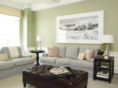 Grüne Wand und schwarz-weißes Foto als Deko im Wohnzimmer