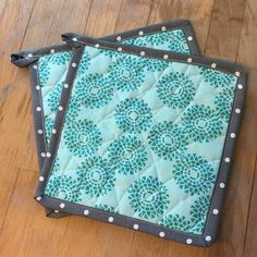 Technique Tuesday - Free Hot Pot Holder Tutorial - Free Tutorial on how to make hot potholders. Cute Sewing Projects, Sewing Projects For Beginners, Potholder Patterns, Sewing Patterns Free, Quilt Patterns, Quilt Tutorials, Sewing Tutorials, Homemade Potholders, Quilted Potholders