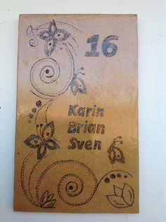 Naambord, afbeelding met soldeerbout gebrand op hout