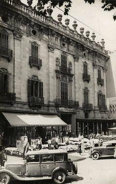 Barcelona, 1935. Historia del edificioEditar  En 1776, Manuel de Amat y Junient, marqués de Castellbell, volvió a Barcelona con una gran fortuna, tras cesar en su cargo como virrey del Perú, que había desempeñado desde 1761. Como muestra de su riqueza se hizo construir este suntuoso palacio mezcla de decoración barroca y rococó. Fue edificado entre 1772 y 1778 y, tras la muerte prematura de Amat, fue ocupado por su viuda, Maria Francesca de Fiveller y de Bru, por lo que fue conocido como…